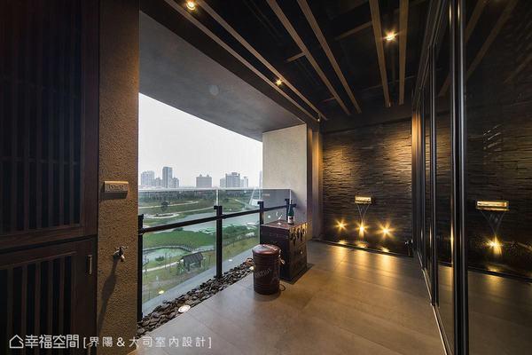 接續室內牆面與地坪材質規劃的大尺度陽台,另添卵石與流水造景呼應萬坪公園的自然元素。