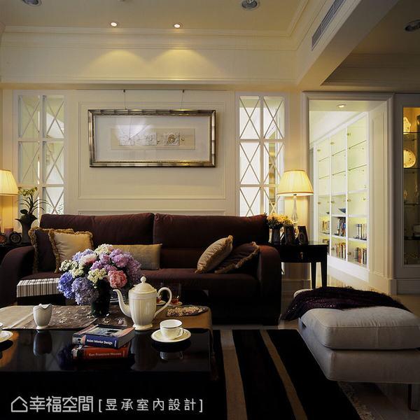 沙發背牆兩側的清玻璃材質,結合走道的方形拱元素,演繹美式古典的漸進式場景並襯托空間深度。