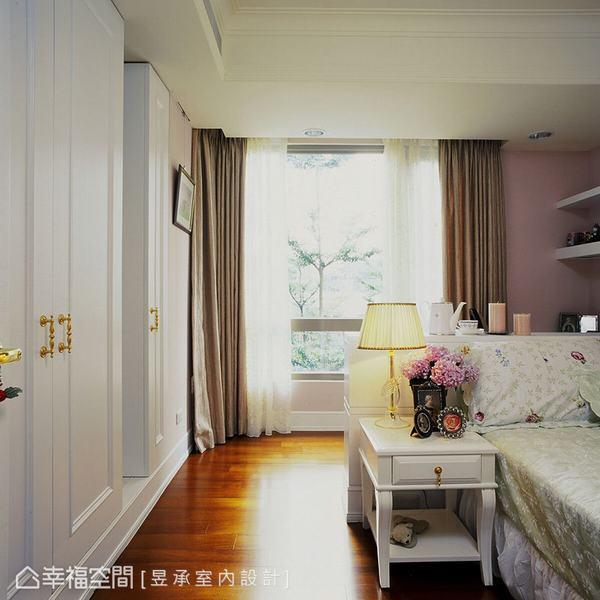 粉嫩色調的女孩房,搭襯寢具、窗紗演繹浪漫且甜美的氣氛,更以床頭櫃規劃成兩區塊,區分睡寢與閱讀機能,減少干擾。