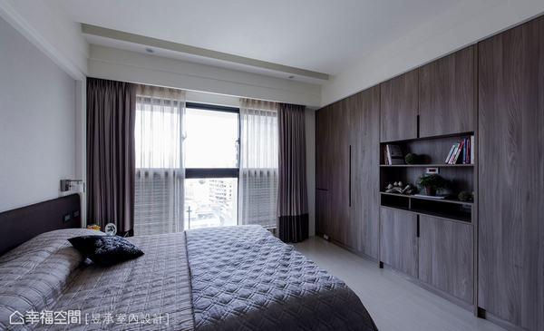 ▲這個家主臥室床尾處的系統衣高櫃及展示書櫃,是配合天花板基準線設計的,注重造型比例及質感,不明說您可能會以為這是木作櫃吧!