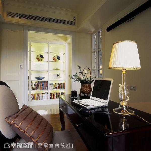 位於客廳沙發背牆後方的書房,採半開放式格局呈現,適時地將過渡走道融入使用,也相對放大書房的空間感。