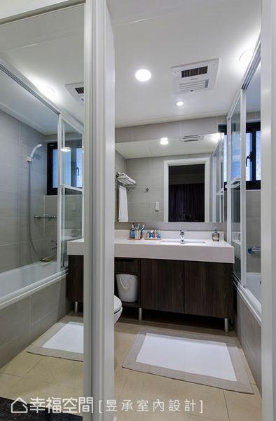 針對屋主的使用習慣,量身規劃浴櫃的收納型式,除呼應空間的整體設計,也滿足了屋主在生活中的收納需求。