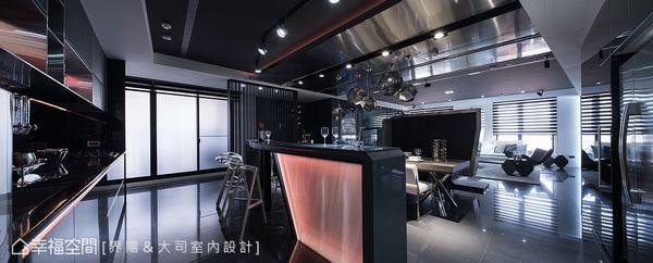 好客的屋主平時常有聚會宴客需求,設計時將餐廚區定義為大人的聚會地,小朋友則會在環球影城般的房間中遊戲。也因此,特地拉高金屬比例,配合特殊燈箱及家具前衛造型,完成餐廚空間所要呈現出的精品Lounge Bar氛圍。