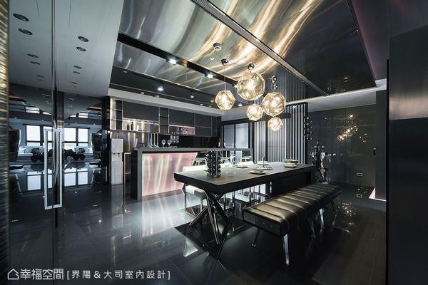 因廚房為開放式設計,廚具與吧檯對於空間來說即是一件藝術品,須能呼應整體空間的風格走向。廚具使用藍色炫目光帶呈現前衛特質,而吊櫃門板的石皮搭配上金屬收邊,強調出粗獷與細緻相容的時尚面貌。