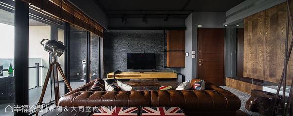 電視石材牆面與窗邊架高地坪向外延伸銜接陽台,模糊內外交界,讓空間感更為放大。