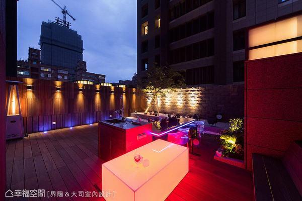 ▲十九坪露臺座落繁華城市中,馬健凱設計師以燈光打造時尚空中花園,並創造Lounge Bar意象。