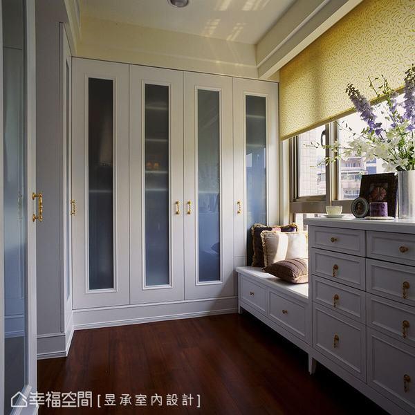 更衣室內部的收納衣櫃更加設白膜玻璃門扇,空間非常整潔明亮,而採光窗下更設計結合收納機能的臥榻區,一邊換裝打扮,一邊還可以閒坐發呆。
