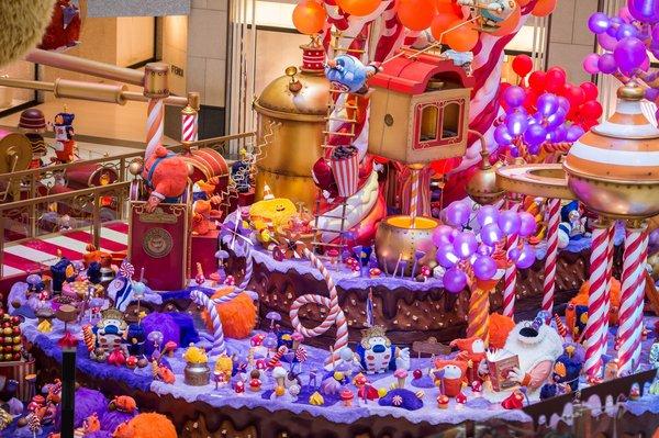 即日起至2019年1月1日,置地廣場中庭將會化身為充滿童真妙趣的可可國度,屆時出自法國插畫家Frederic Pillot筆下鬼馬活潑的可可怪獸將會帶領市民親身走進天馬行空的朱古力工廠,體驗濃郁甜美的朱古力之旅。可可國度的可可怪獸的生產線每30分鐘開動1次,配合動聽音樂和精彩燈光表演,為可可國度注入生氣。