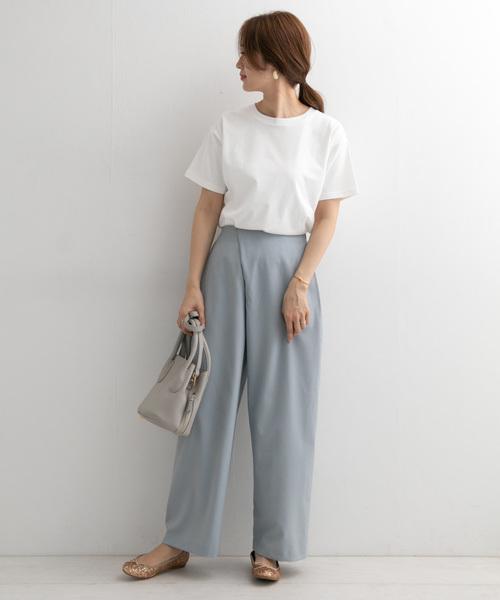 白色素T搭配端莊淺色調長褲