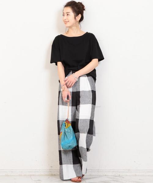 黑色素T搭配黑白大格紋寬版褲
