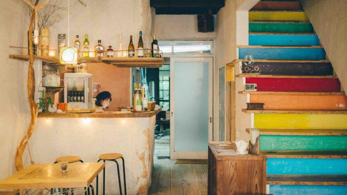 上野Guesthouse toco.櫃台與彩紅樓梯