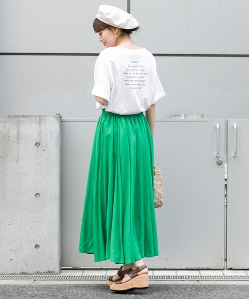白色印花T搭配鮮綠色超長裙