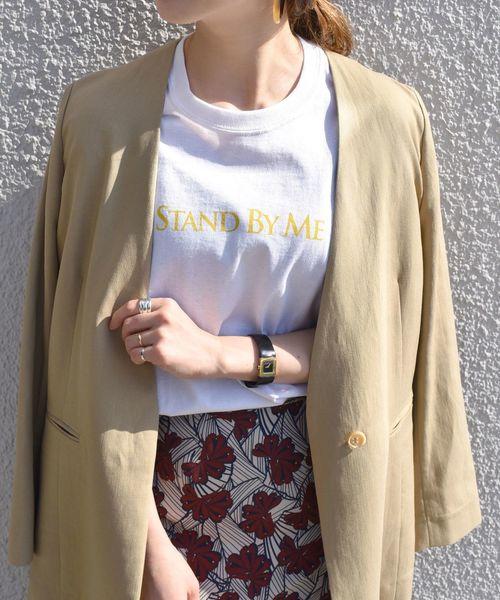 白色印花T搭配自然色調外套與復古摩登印花長裙