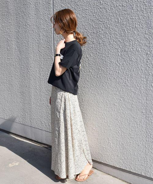 黑色印花T搭配豹紋超長裙
