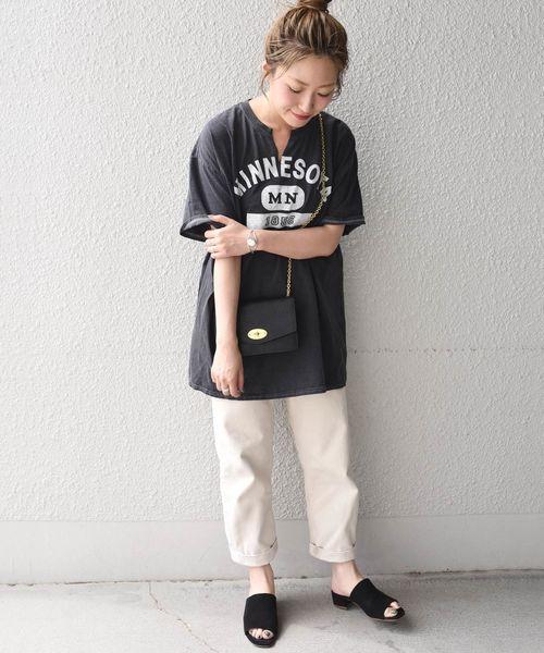 黑色開口領印花T搭配白色長褲