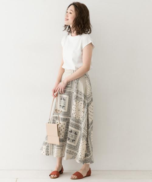 白色素T搭配個性長裙
