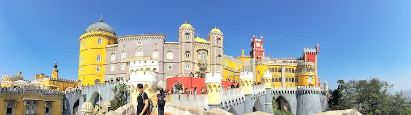 辛特拉佩納宮外觀如童話城堡,在過去是葡萄牙皇室的避暑行宮。如今為觀光勝地,夏天是熱門季節,如欲逛完內部展覽,至少花費約3小時。Photographer | Serina Su