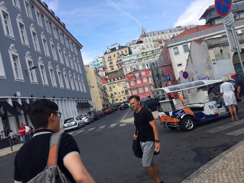在葡萄牙的開車,有時會遇到前車無預警臨停的狀況。Photographer | Serina Su