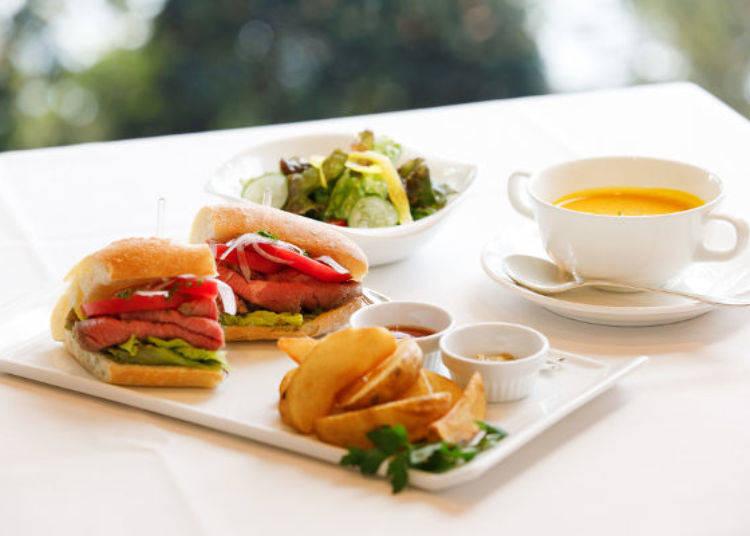 ▲美味多汁的生烤牛肉與濃湯均與「HOTEL DE YAMA」飯店內餐廳味道相同,餐點提供時間為10:00~15:00最後點餐時間