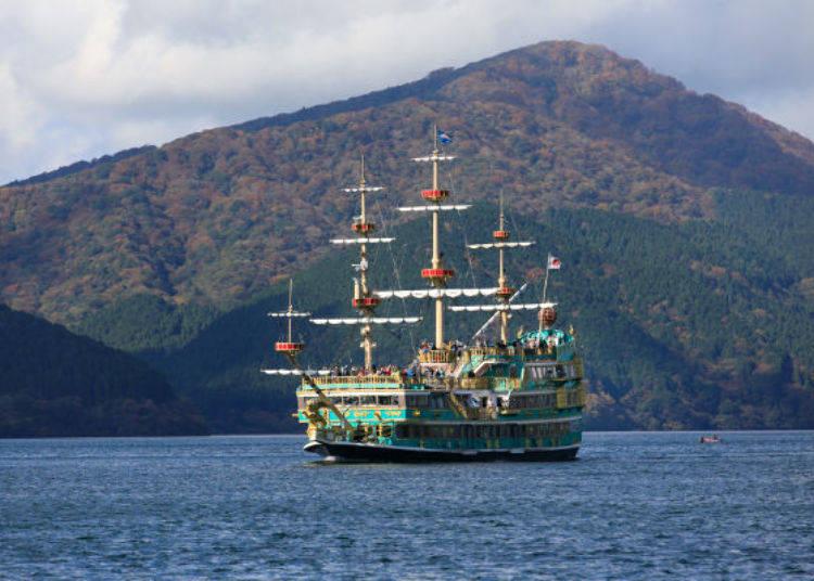 ▲蘆之湖海賊觀光船有3種,照片中綠色船身為「Vasa 北歐獅瓦薩王號」,咖啡色的是「勝利號」,紅色為「RoyalⅡ 南歐皇家太陽號」