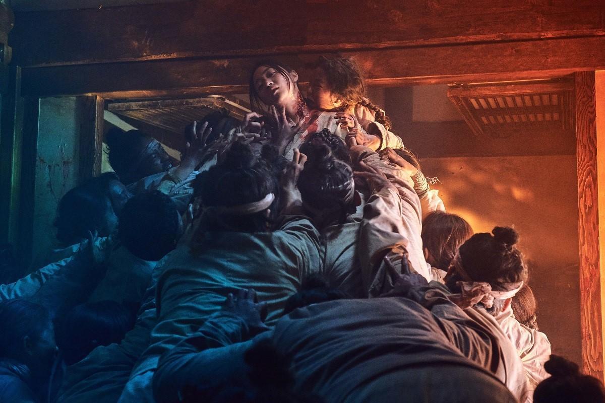 《李屍朝鮮》中活屍噬人的場面驚悚,娛樂效果十足。(Netflix提供)