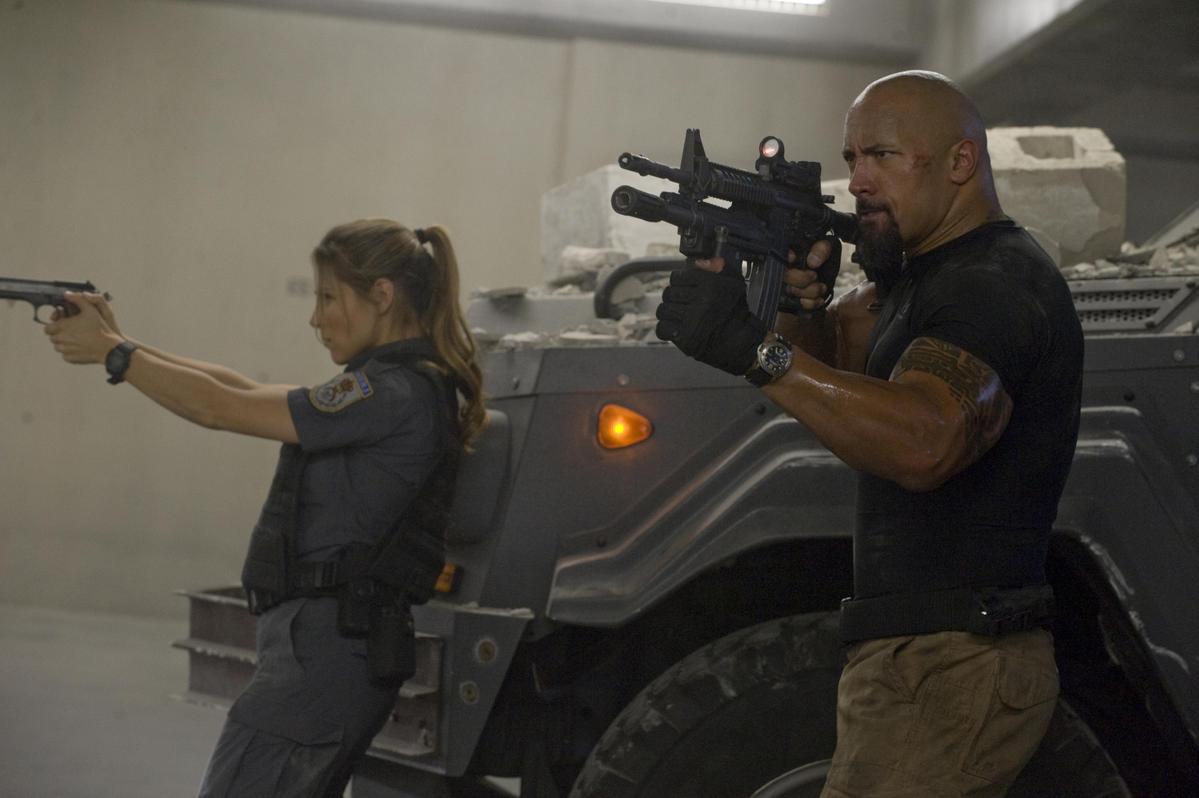 其實早在《玩命關頭5》,「雷神」克里斯漢斯沃的老婆艾兒莎(左)就已經出現,扮演艾琳娜,所以跟克里斯漢斯沃早就是一家人。(UIP提供)