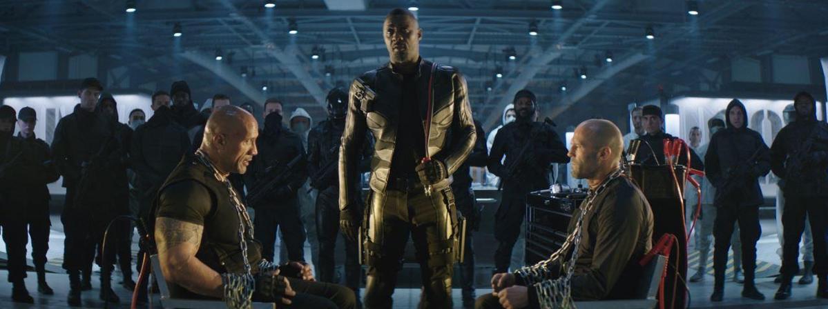 誰能讓《玩命關頭:特別行動》推出超級反派布列斯頓(伊卓瑞斯艾巴),硬是把哈柏(巨石強森)、戴克蕭(傑森史塔森)五花大綁。(Universal Pictures)