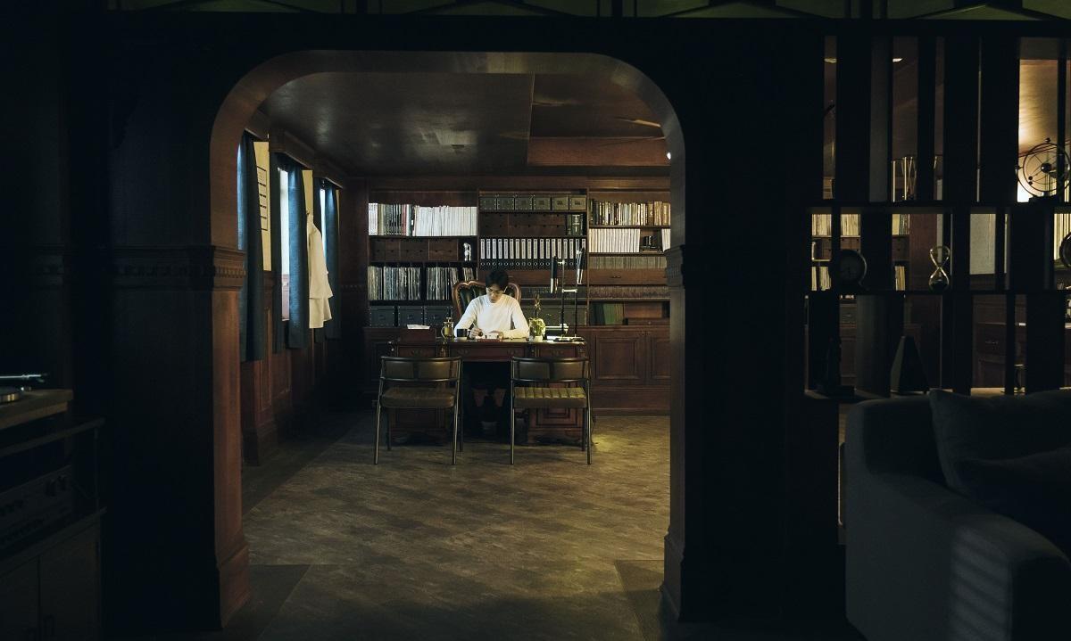 蕭敬騰在戲中執業的「綠之門」診所,是美術組精心設計的內搭景。(公視提供)