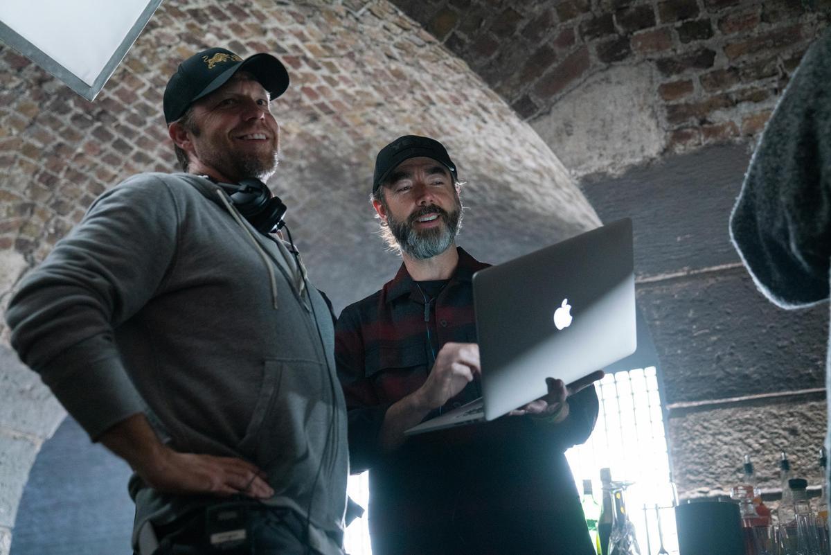 《玩命關頭:特別行動》編劇克里斯摩根(中)、導演大衛雷奇。(Daniel Smith/Universal Pictures)