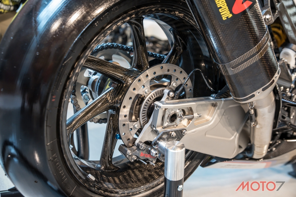 前後輪框皆以碳纖維材質打造。