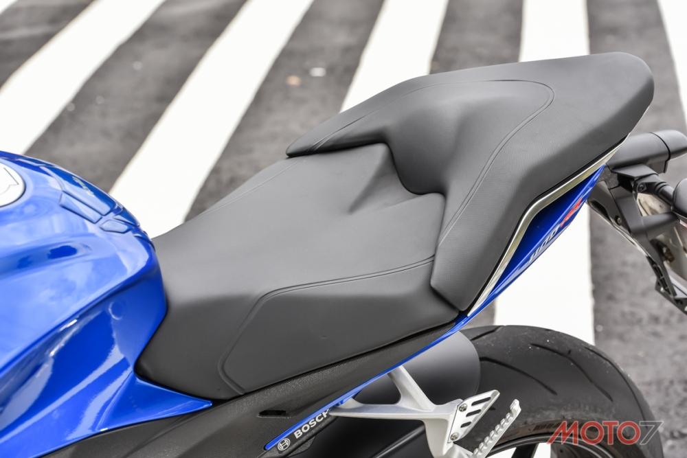 Tuono V4 1100 RR的坐墊變得更舒適。