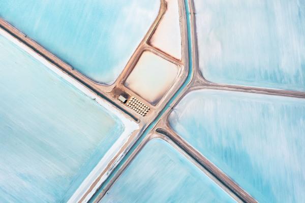 英國攝影師Simon Butterworth用空拍技術拍下藍鹽場美景。(圖片來源/Simon Butterworth)
