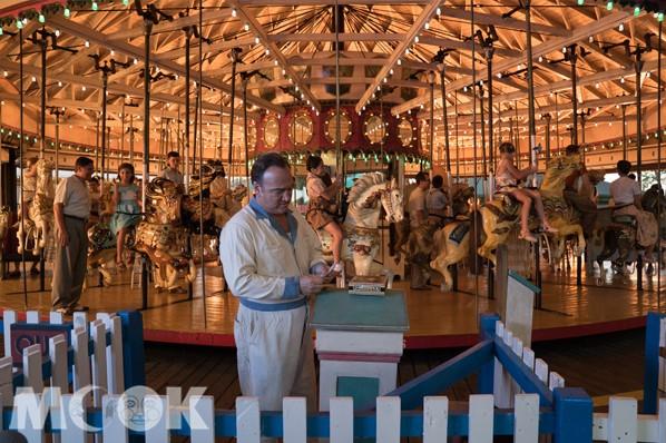 在劇中,凱特溫絲蕾的丈夫就是在遊樂園的旋轉木馬區域服務。(圖/甲上娛樂)