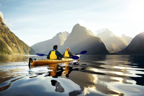划獨木舟更深入認識米爾福德峽灣。(圖片來源/tourismnewzealand)