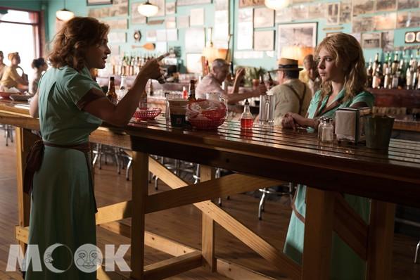 凱特溫絲蕾與朱諾坦普在「愛情摩天輪」中皆演出餐廳服務生的角色。(圖/甲上娛樂)