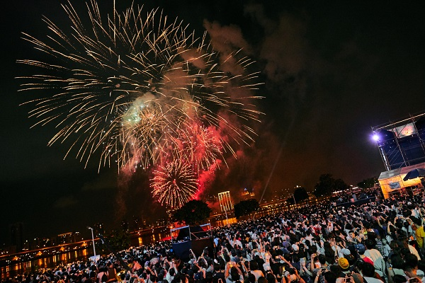 今年打造長達360秒的煙火表演,比往年更精采。
