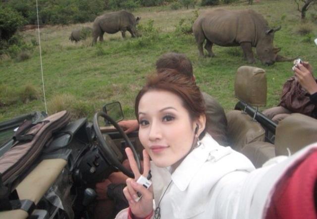 到南非必看野生動物,蘇盈之身後就是大犀牛。
