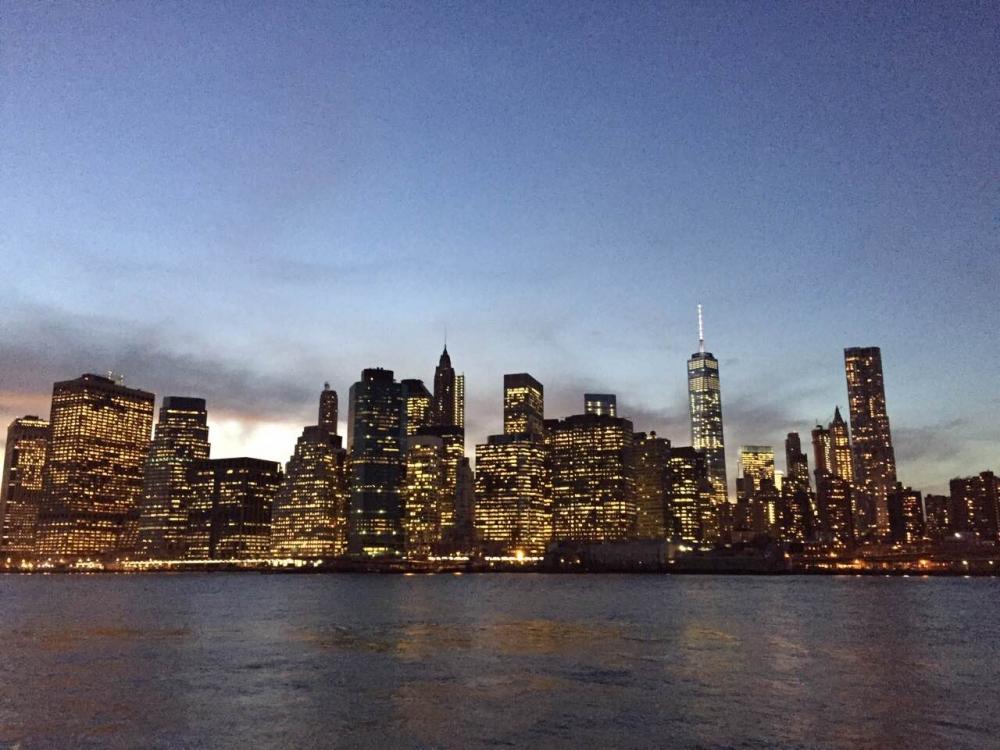 從布魯克林大橋上遠眺曼哈頓夜景,宛如明信片上炫彩奪目的美景。