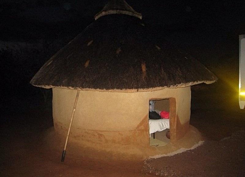 傳統南非原住民的土屋,連廁所都沒有。