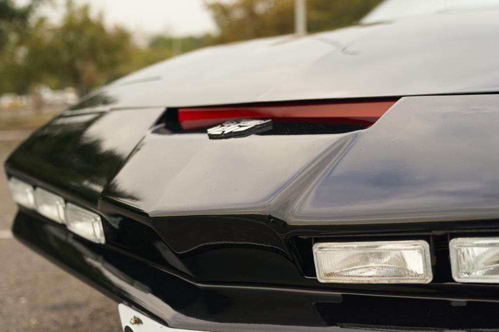 霹靂車招牌的車頭,夥計的紅色掃描線