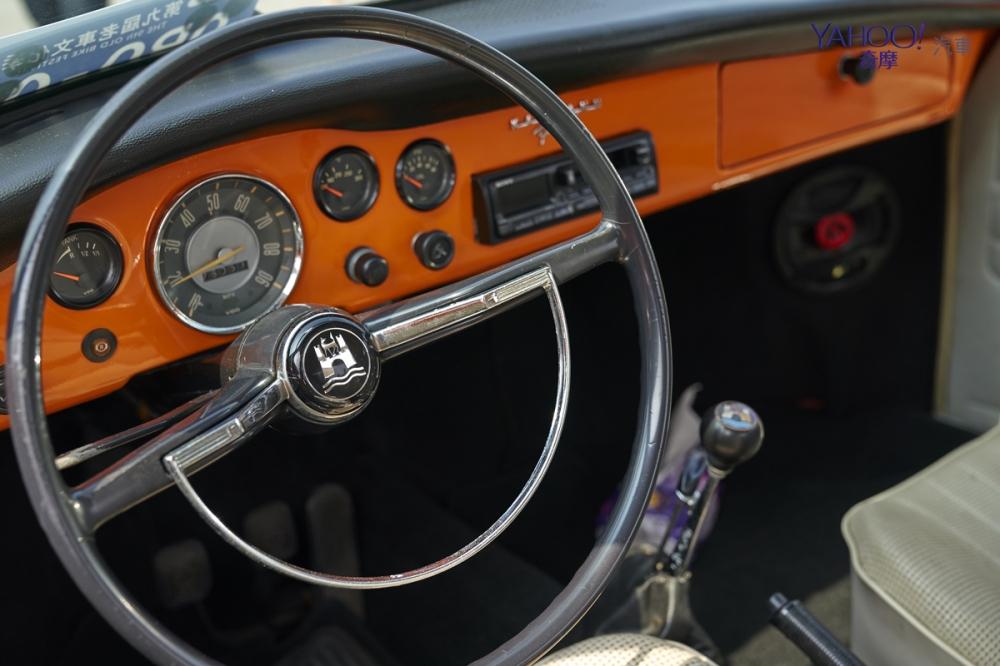 當時流行大直徑方向盤,以便內側可以有所妝點;福斯卡門的方向盤,則多了一個D字型的鍍鉻飾條
