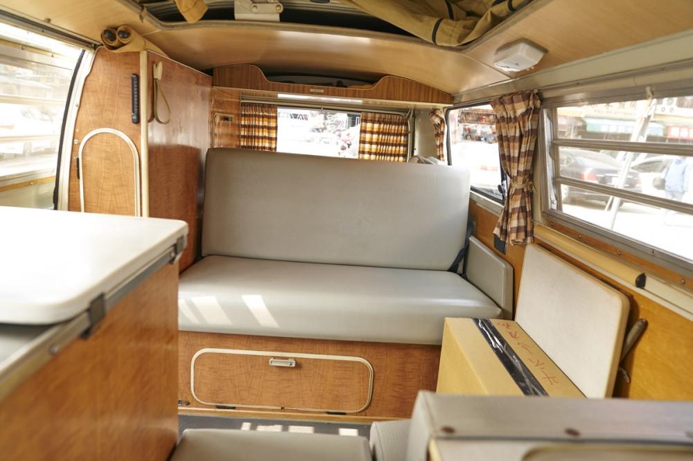 Volkswagen T2 大量用木質裝潢車室,非常有鄉村居家的風格