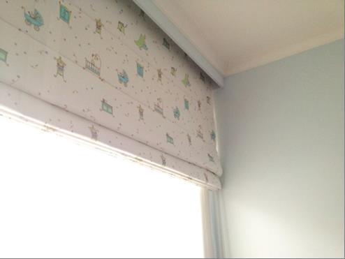 提前設計小孩房,牆面漆上了清爽的天空藍。