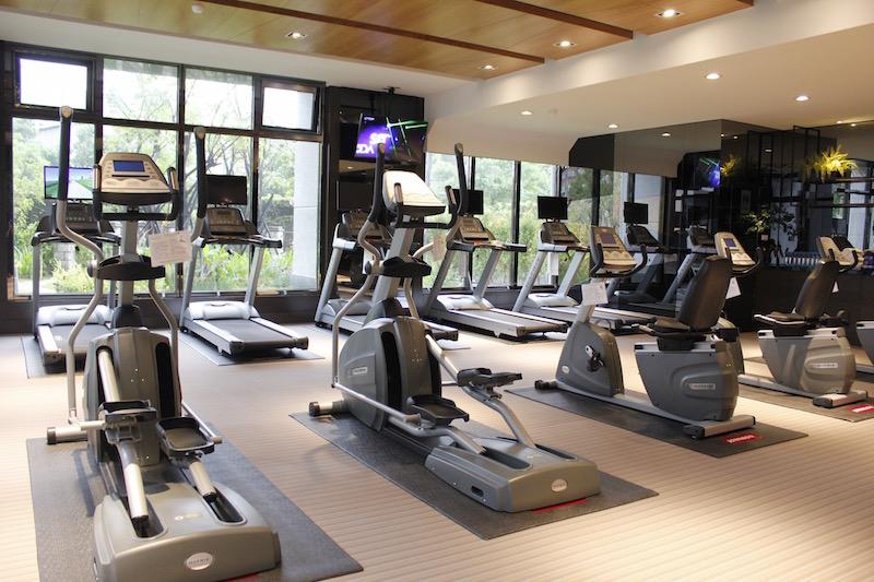 擁有中庭綠景的多功能健身房。