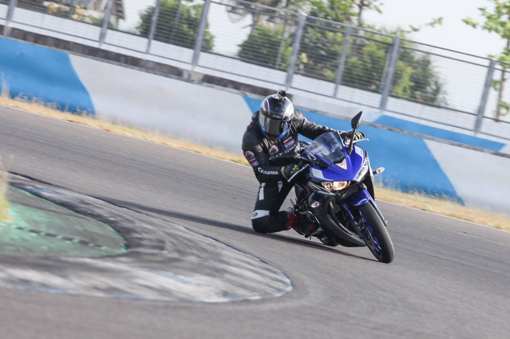 以YZF-R3的動力表現與車身運動性,於大鵬灣賽道上煞車使用次數極低,但使用時仍能感受到其精準且足夠的制動力道。