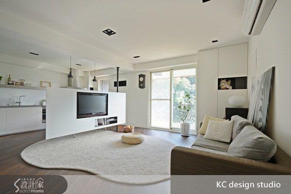 180度旋轉電視牆 讓23坪2人小家空間更靈活