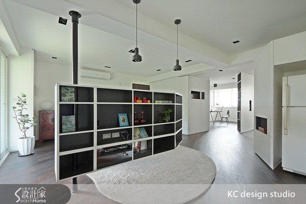 電視牆後方規劃置物櫃,也是餐廳的空間。可以透過這張照片了解餐廚的位置,與書房主臥的動線,為一個全開放的居家空間,採光良好。