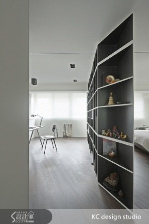 主臥隔間牆後方設計書櫃,與電視牆的概念一致。