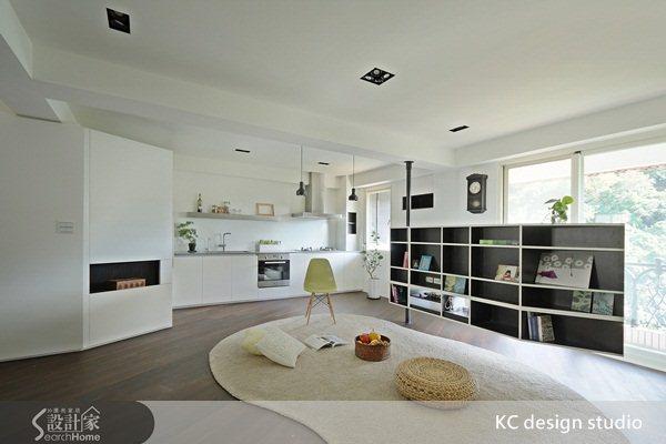 朋友聚會時,轉動電視牆可以讓客廳空間更寬敞,可以恣意坐臥聊天。