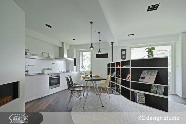 隨意轉動的電視牆,生活空間更寬敞機動性強,餐廳空間可以成為獨立,也可以與客廳連成一氣,長形屋採光不佳的問題也因轉動的牆面設計替室內引入了陽光。
